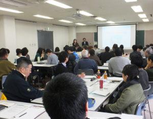 講義は午前9時から12時まで開催。第3回の講師を務める丸山恵子さん(ウーマンネット株式会社)も挨拶
