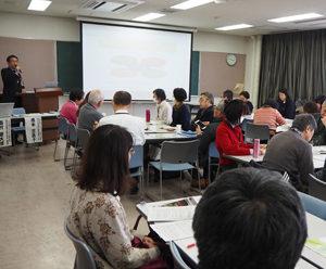 講座は午前9時から12時まで開催。港北区地域振興課・小林広明地域力推進担当から開講主旨やねらいを説明